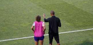 træner vejleder på sidelinjen til spiller før indskiftning